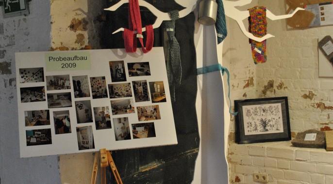 Dekobaum mit Naturfasermustern und Fotowand