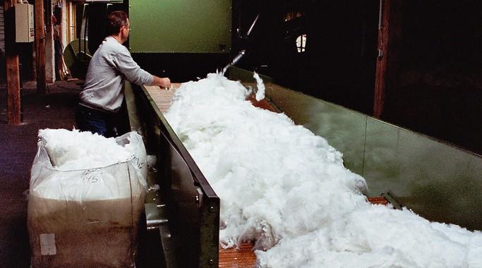 Die Wolle wird vorbereitet und aufgelockert
