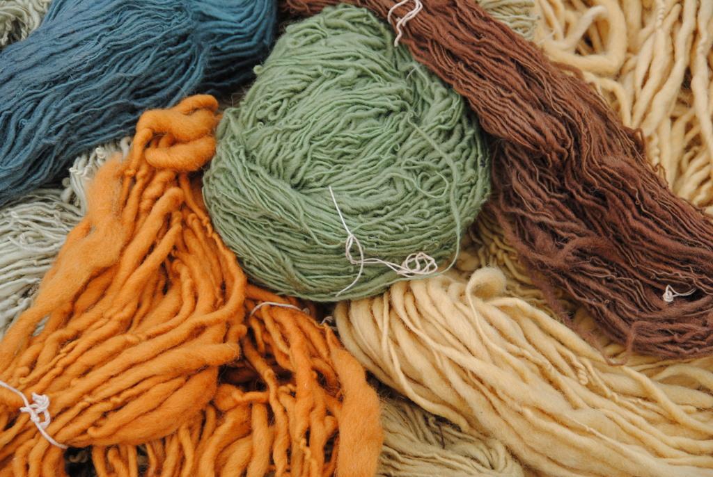Schafwolle mit Naturfarben gefärbt
