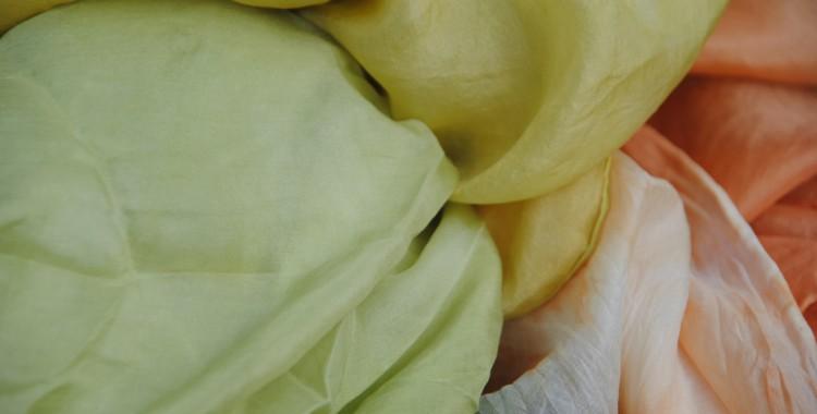 Seide mit Naturfarben gefärbt (Rhainfarn, Schlif, Krapp)