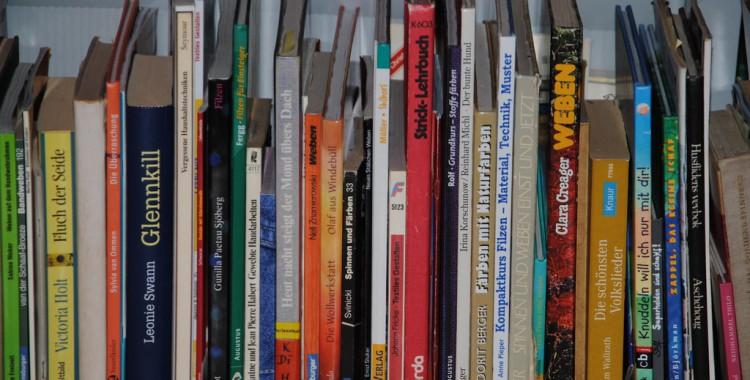Bücher zum Lesen oder Handarbeitsanleitungen