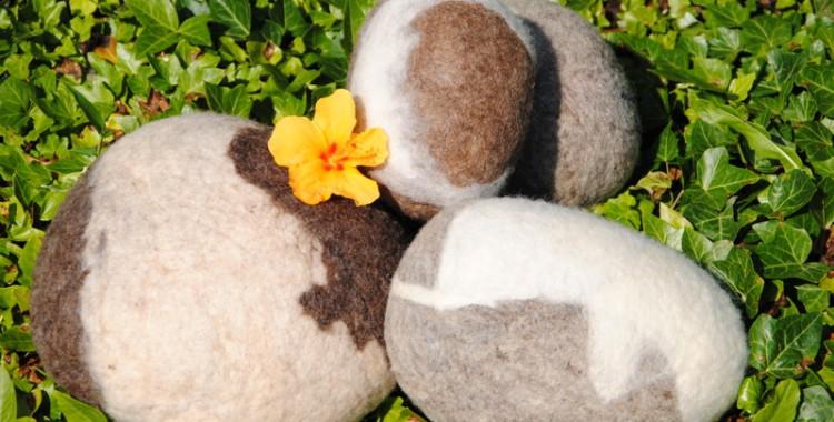 Gefilzte Steine im Sommergarten