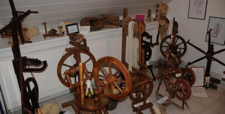 verschiedene Spinnräder aus der schafsnase- Sammlung