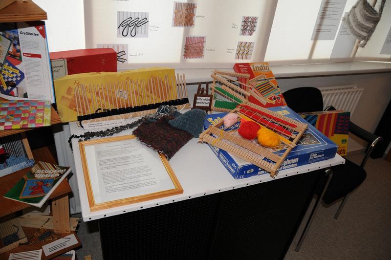 Ein Schulwebrahmen aufgenommen beim Probeaufbau der Ausstellung