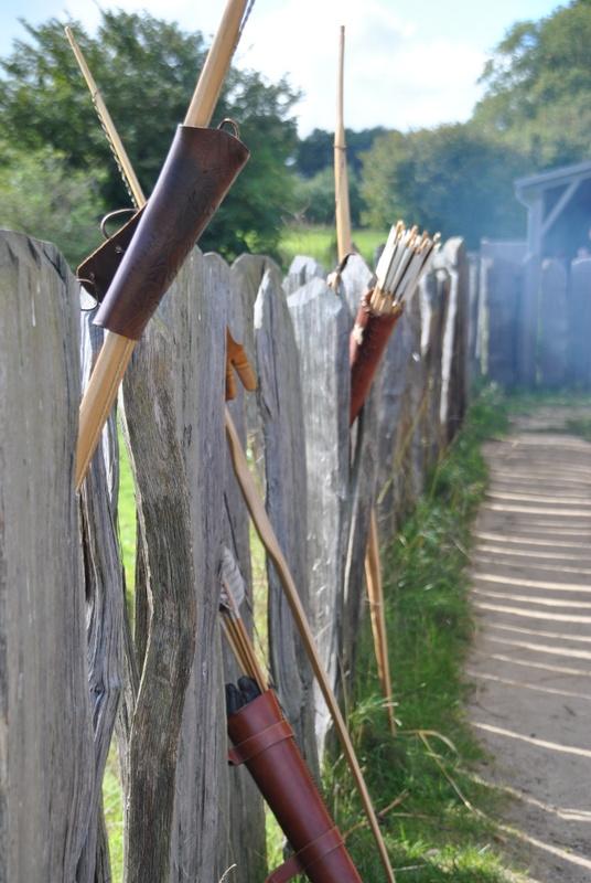 Zaun im Haithabu mit Pfeil und Bogen