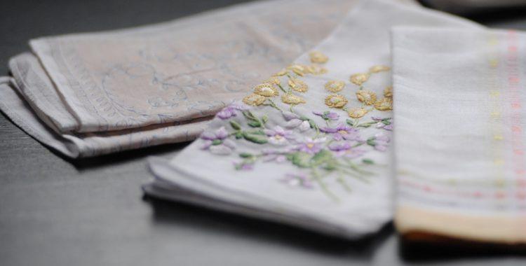 Taschentuch mit Stickerei
