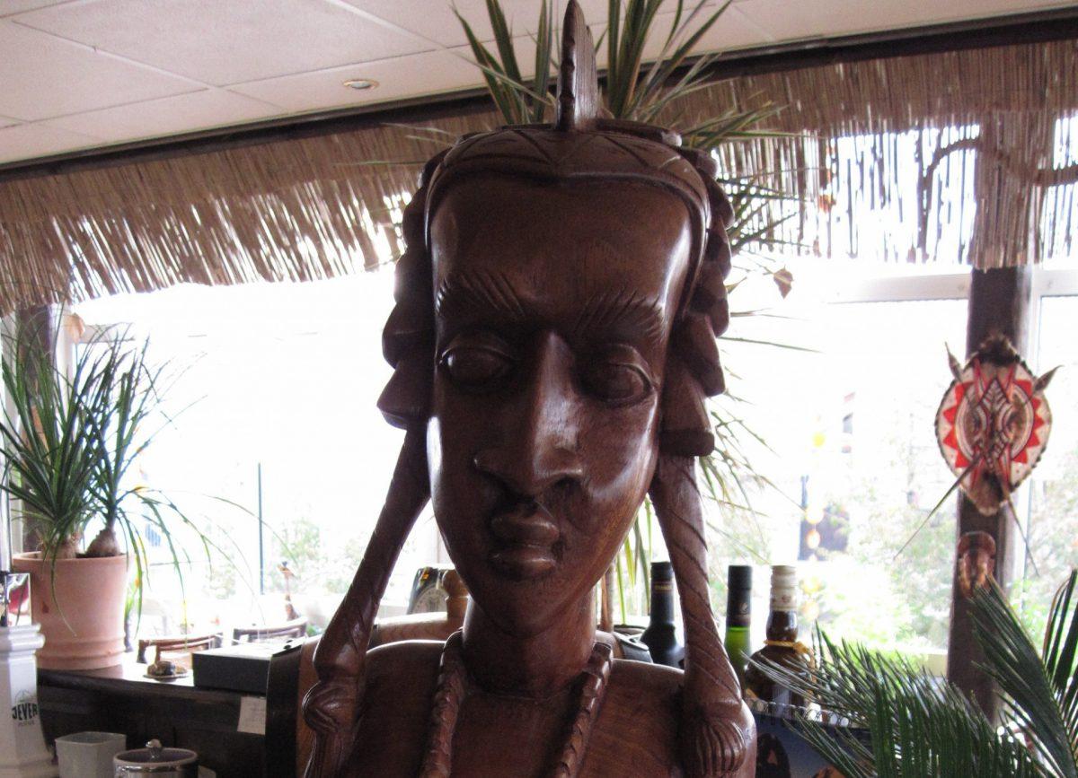 afrikanische geschnitzte Frauenfigur