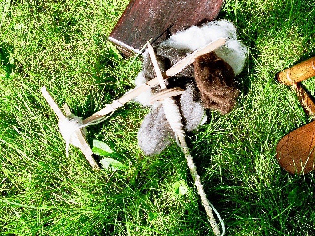 Handspindeln im Gras