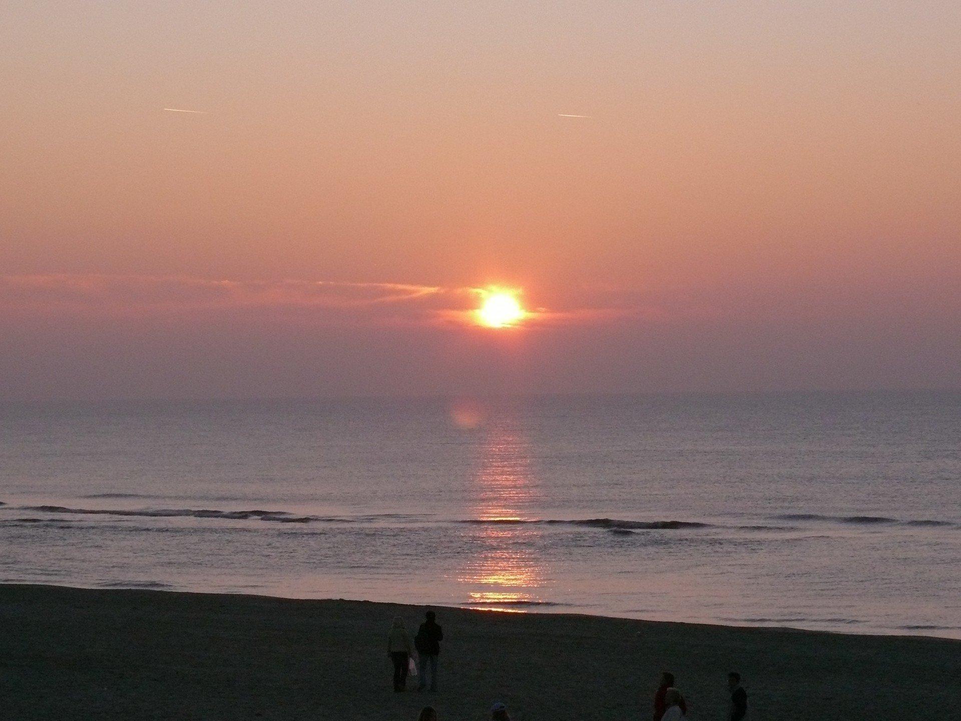 Untergehende kupferfarbige Sonne vor Texel