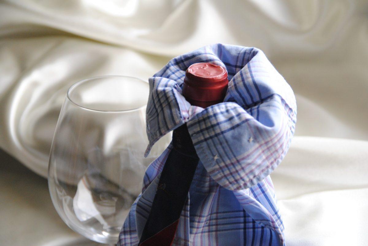 Geschenkverpackung für Flasche aus Oberhemd und Krawatte