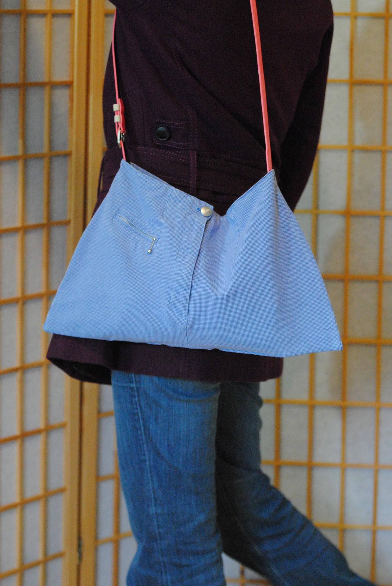Andere Hose andere Tasche, das obere Stück Hose und der Gürtel verwandeln sich in eine Schultertasche.