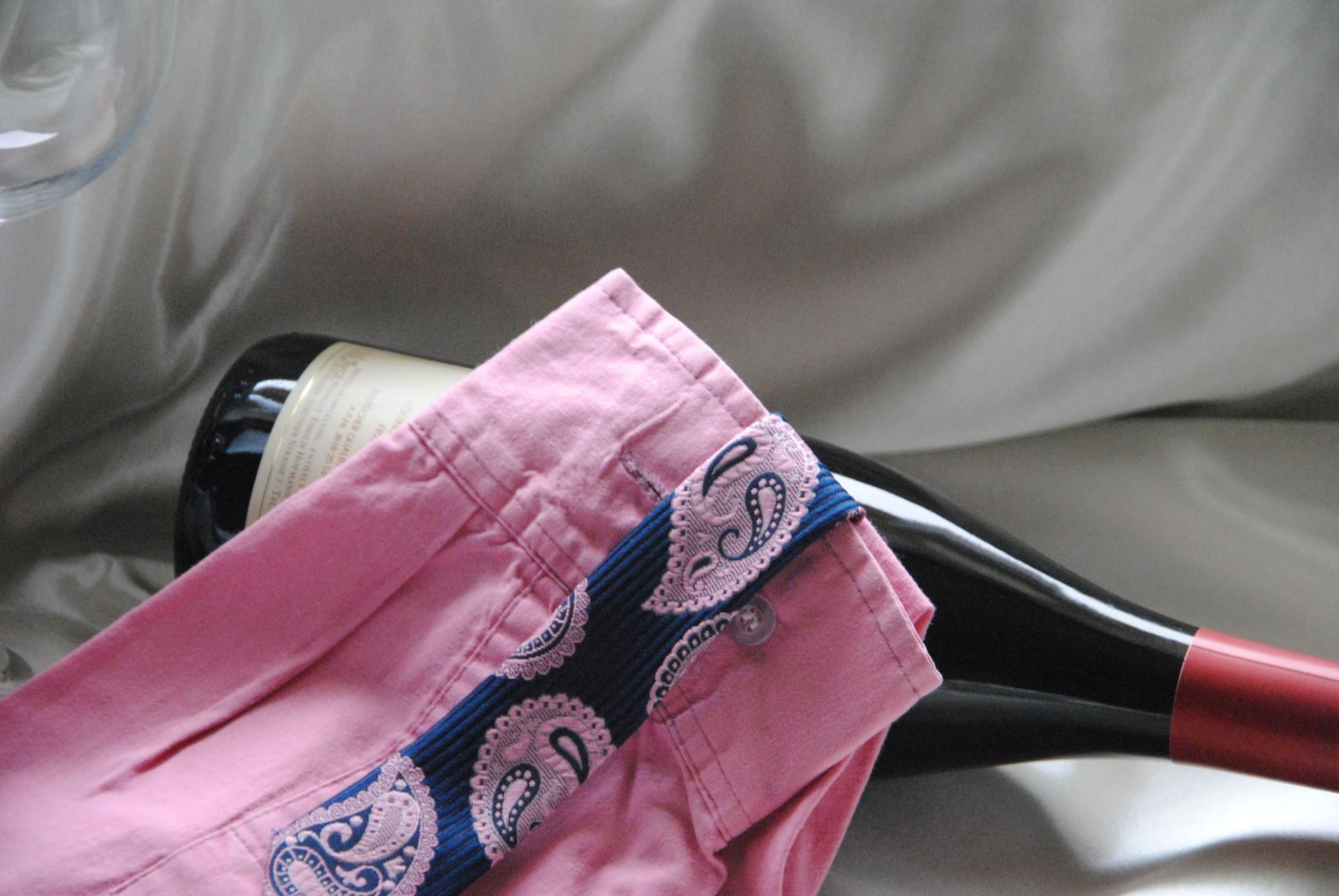 Hemdärmel oder Blusenärmel abgeschnitten, zugenäht und mit dem dünnen Ende eines Schlips zu einer ausgefallen Verpackung verwandelt.