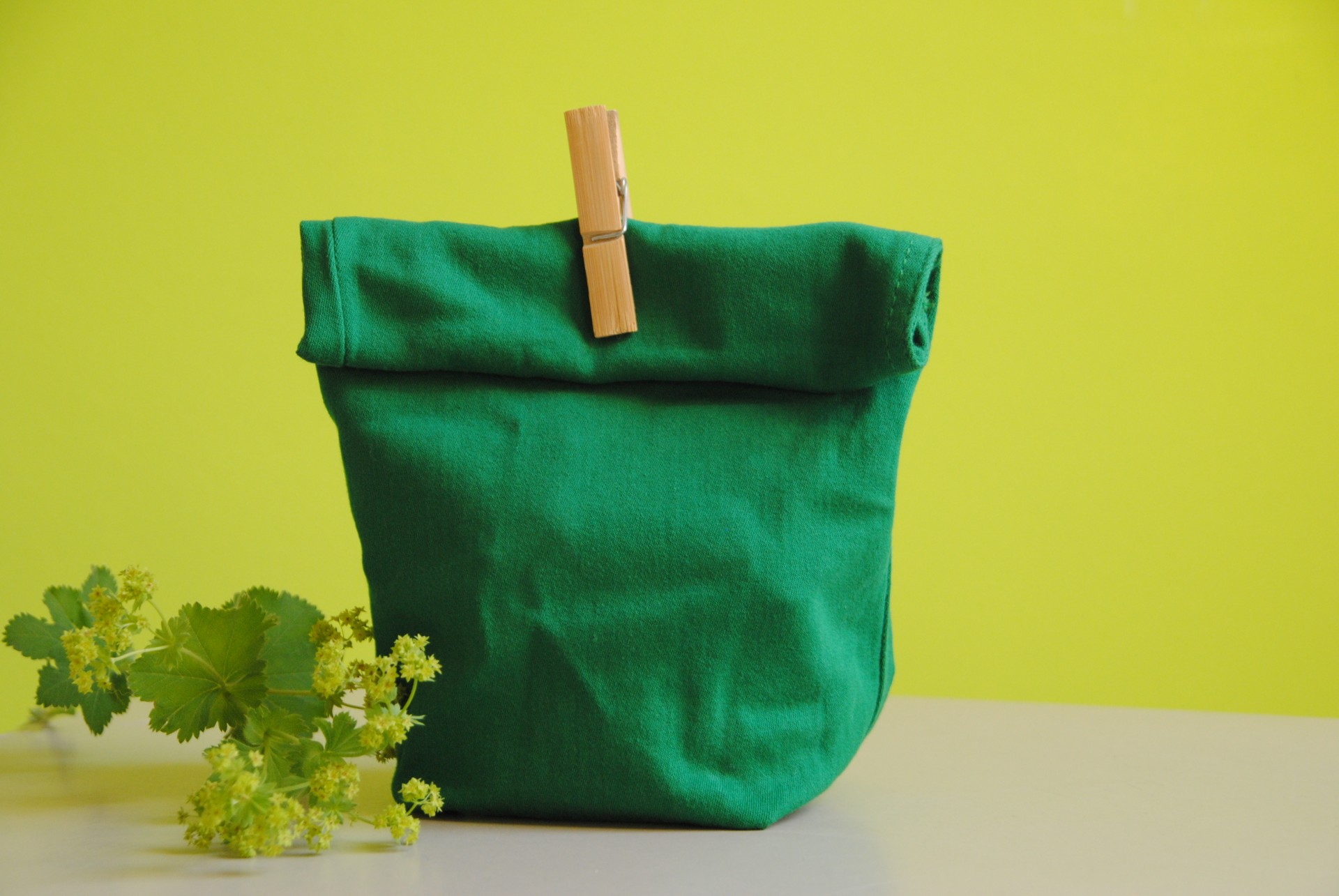 Jeanshosen-Beine mit einer kleinen Standfläche zu einer Geschenkverpackung verarbeitet. Als Verschluss dient hier eine Wäscheklammer.