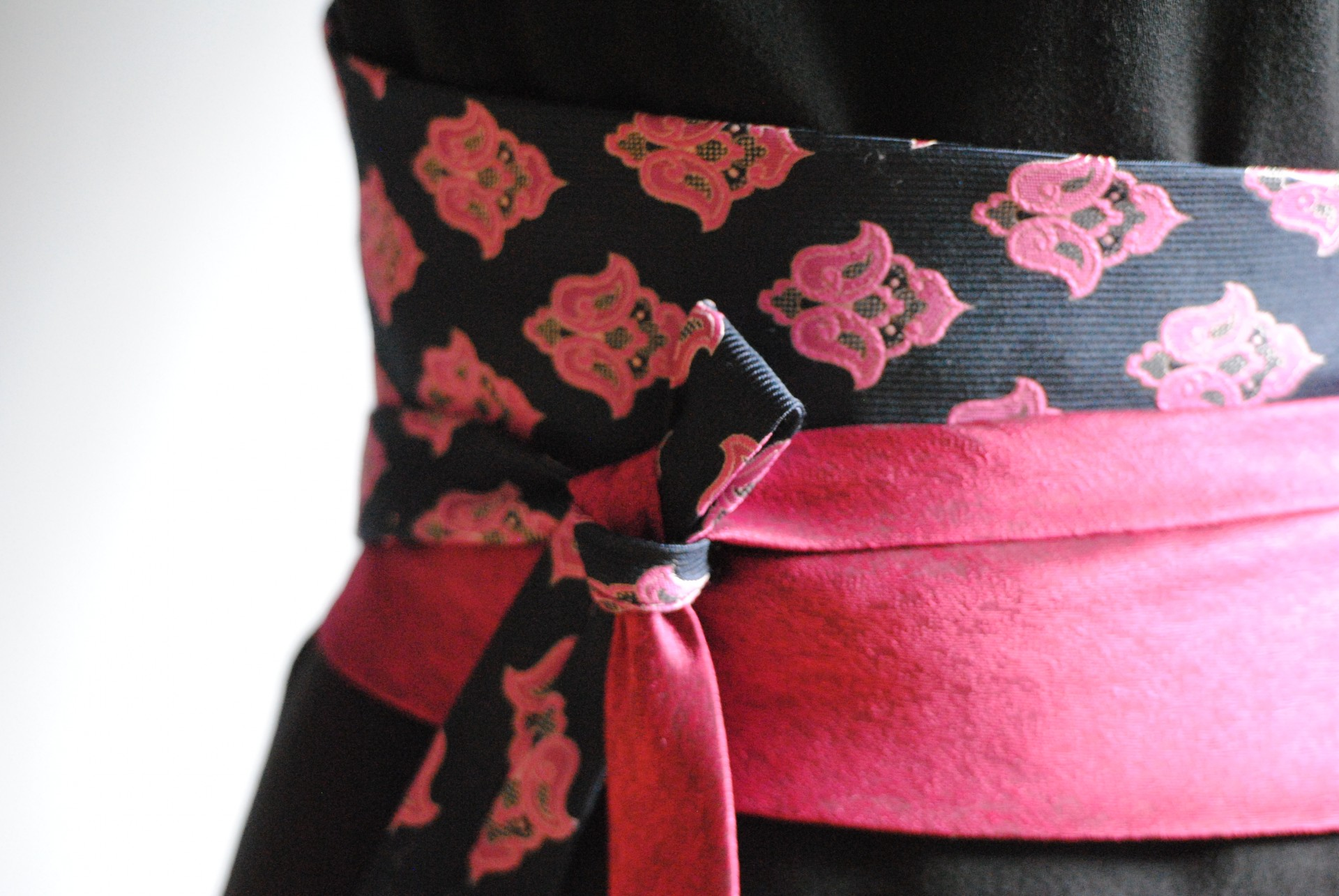 Vom Herrenhals an die Taille der Damen: zwei schicke Schlips werden zum Obi-Gürtel
