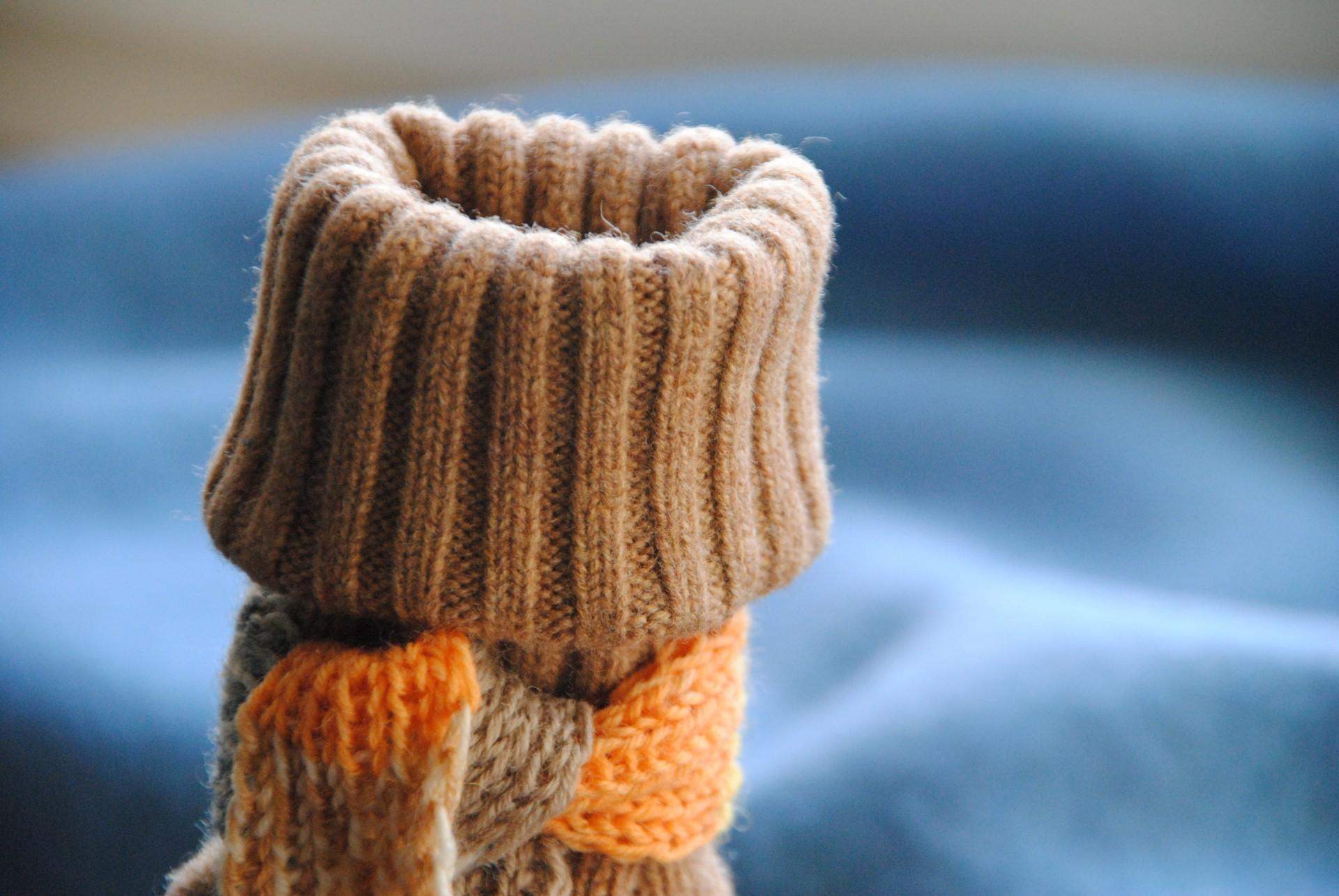 Pullover- oder Strickjacken-Ärmel mit einem Boden in Flaschengröße, dann ein kleiner Schal aus Wollresten gestrickt, nicht nur für Glühweinflaschen schick