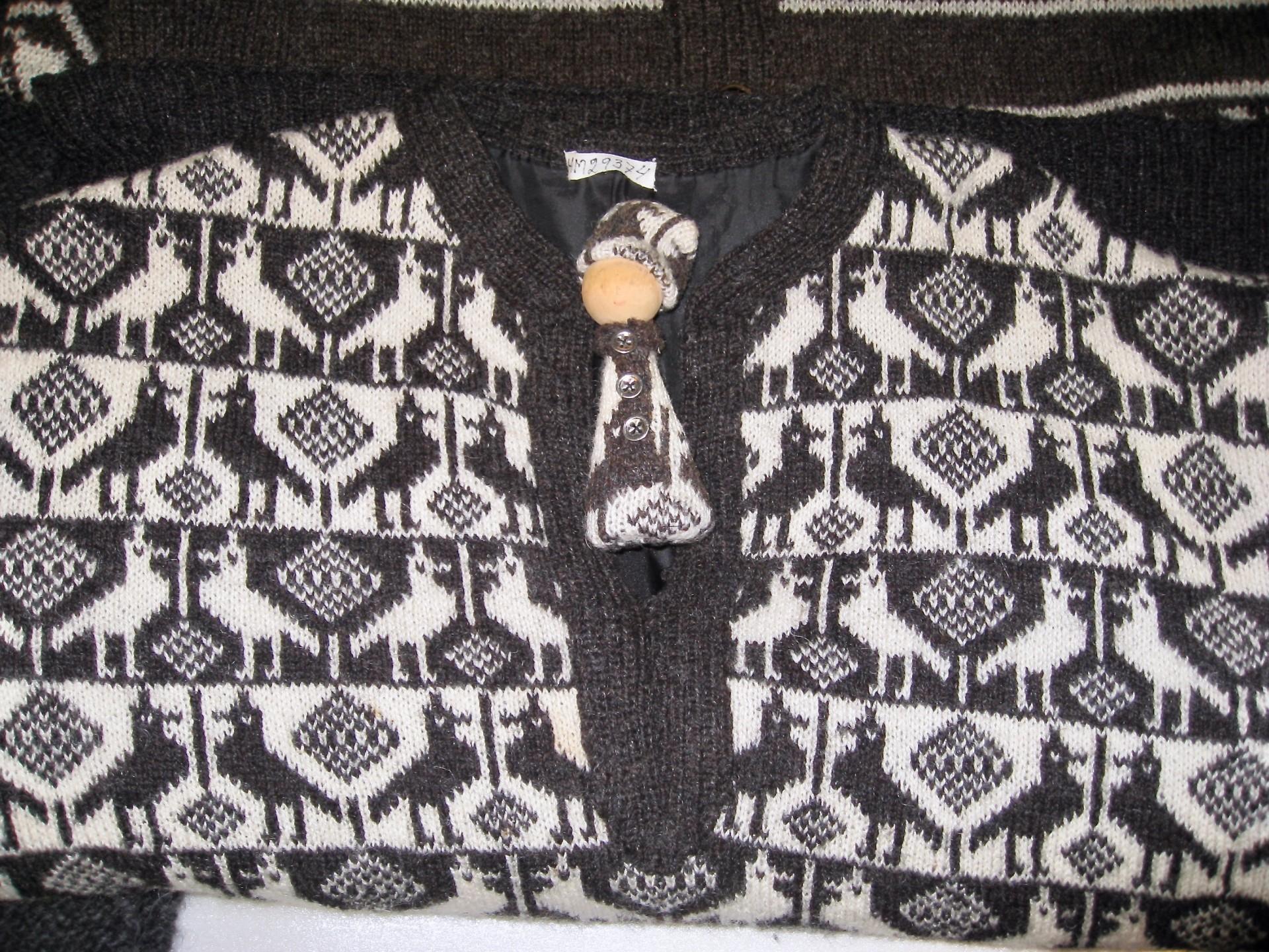 Pullover mit kleinem Püppchen aus Wollresten