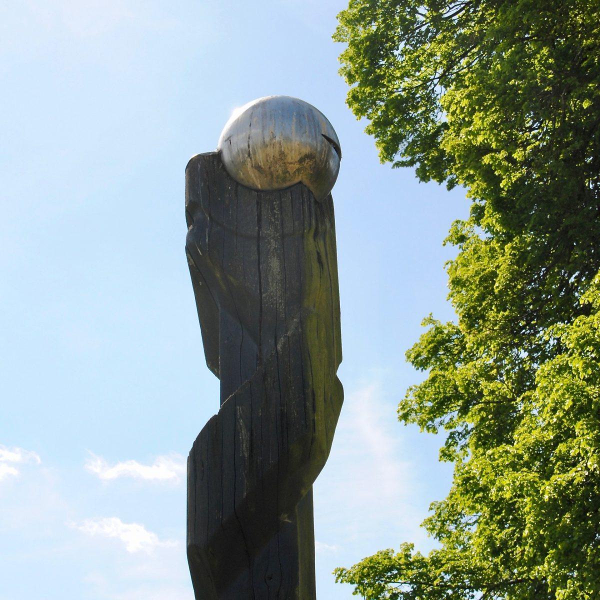 Kugel-Kopf-Säulen-Skulptur im Schlosspark Schleswig