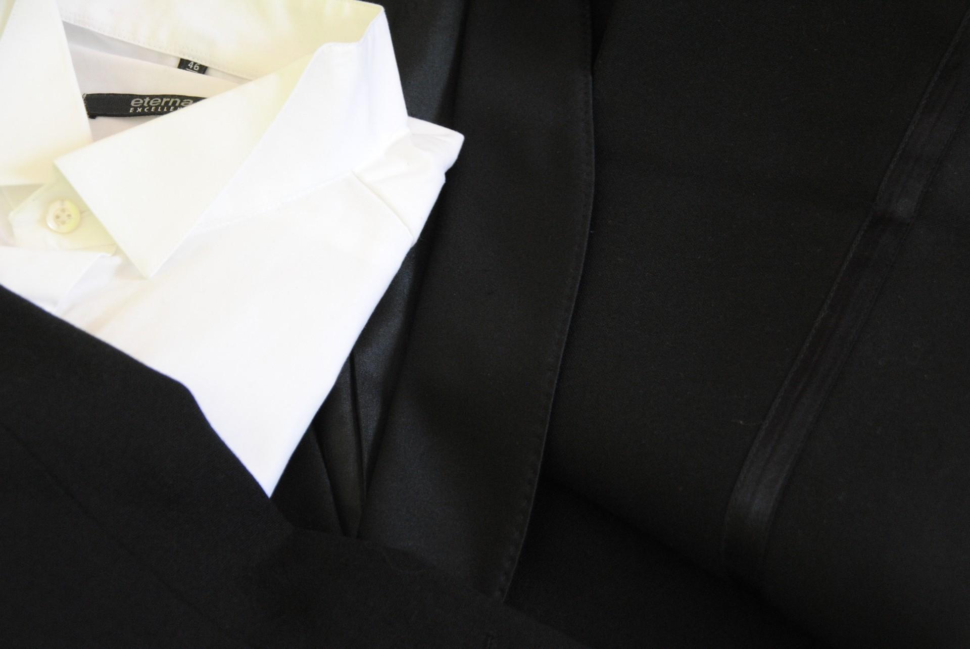 hinten im Kleiderschrank: Smoking und Hemd