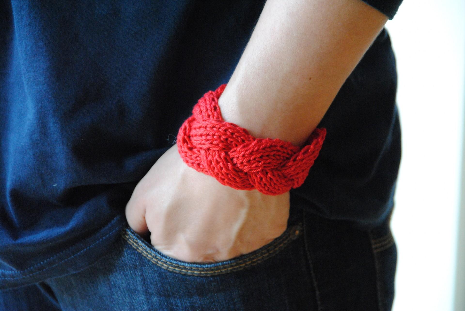 Armband gestrickt aus roter Baumwolle