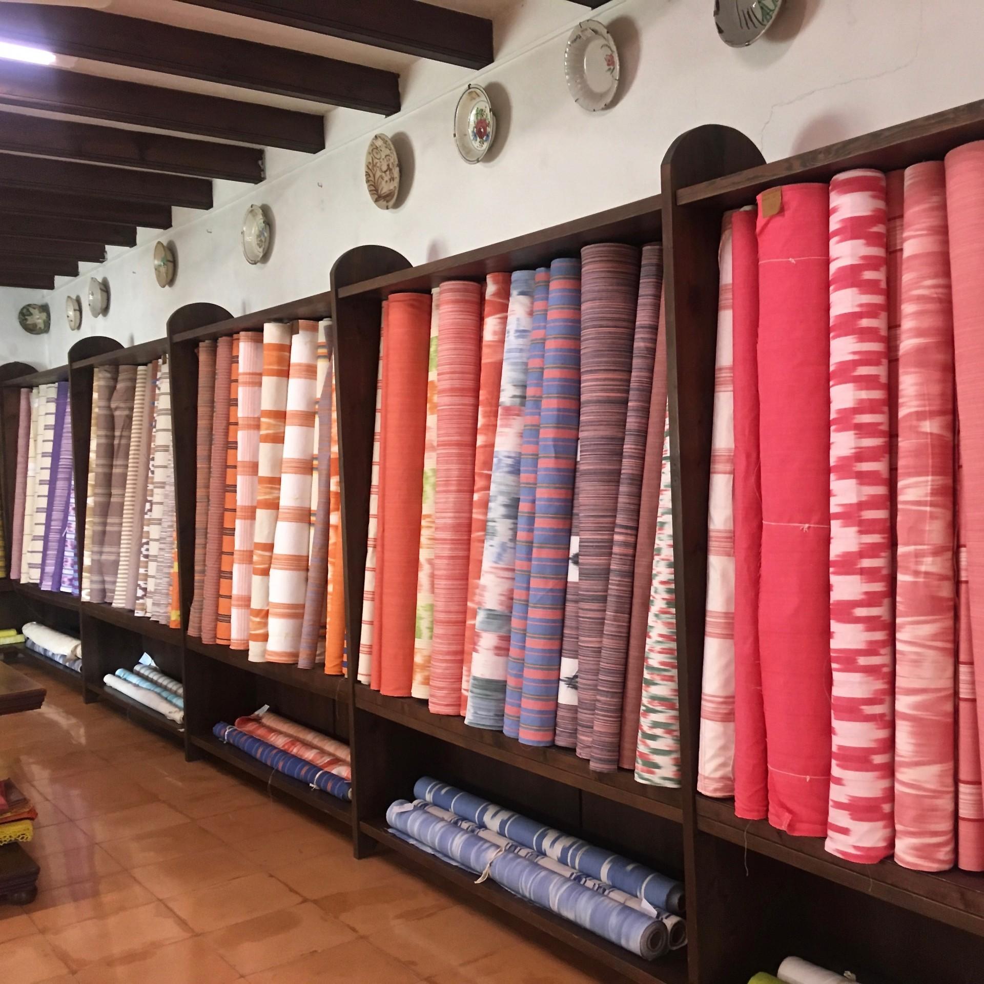 Stoffrollen im Ladenlokal nach Farben sortiert