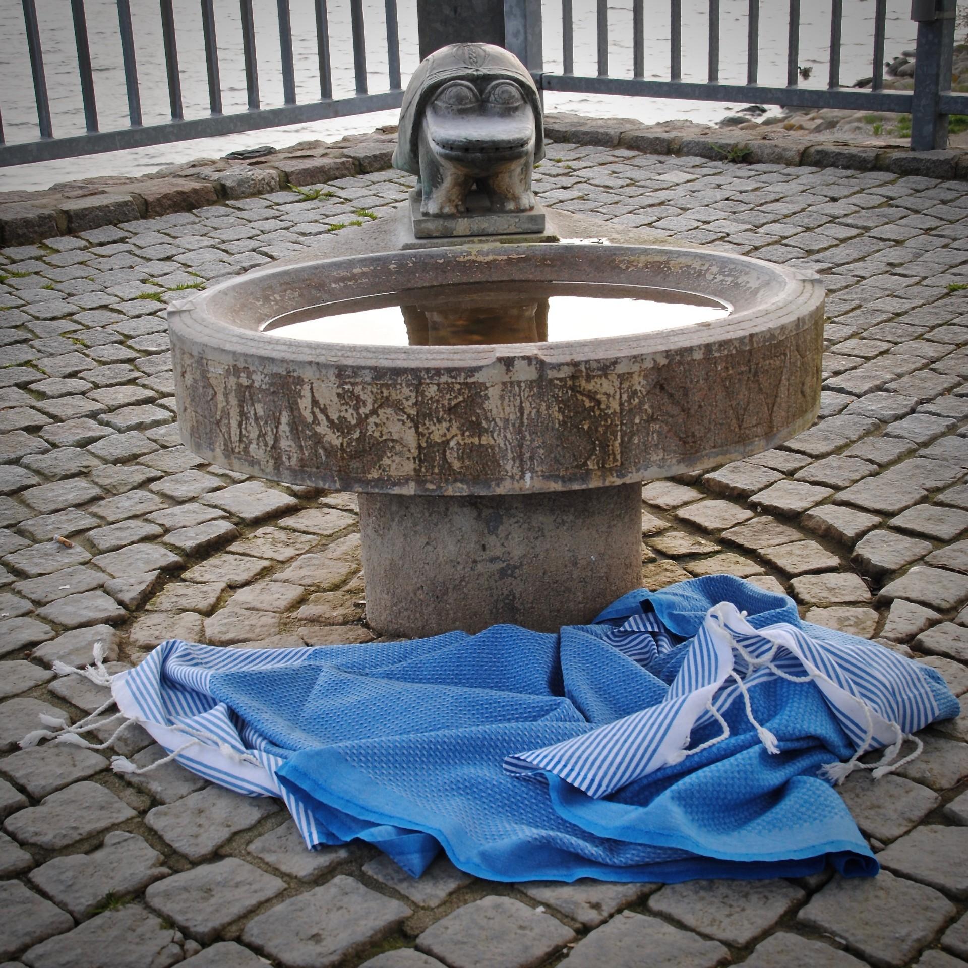 Viel Wind und kein Wasser lauft, kleiner Brunnen an der Schlei-Promenade in Schleswig