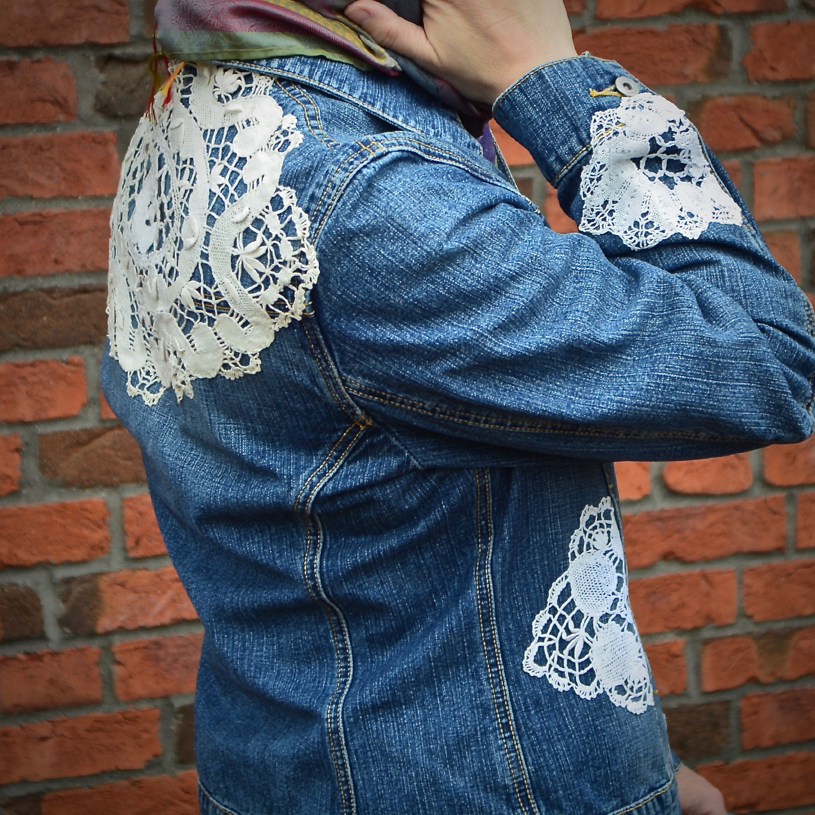 Jeansjacke mit Spitze aufgepeppt